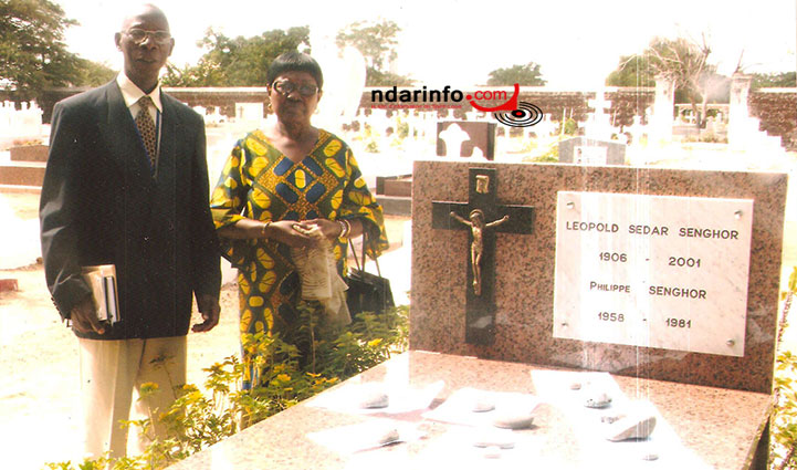 Alioune Badara COULIBALY se recueille sur la tombe de Léopold Sédar Senghor, en compagnie de la fille du Poète-Président