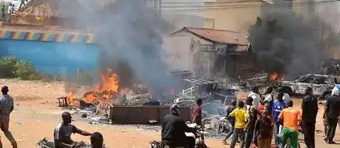 """Niger : 45 églises incendiées dans les émeutes anti-""""Charlie Hebdo"""" à Niamey"""