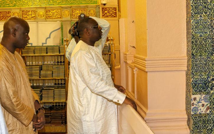 Le maire derrière le Président SALL au mausolée du Prophète Mouhamad (PSL)