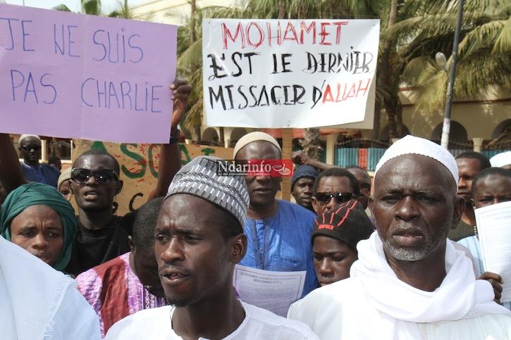 (Photos) Des associations islamiques marchent contre les caricatures de Charlie Hebdo.