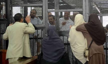 AFP/Archives Des familles visitent des membres des Frères musulmans avant le début de leur procès au tribunal de Turah, près du Caire, le 3 février 2014 en Egypte AFP/Archives