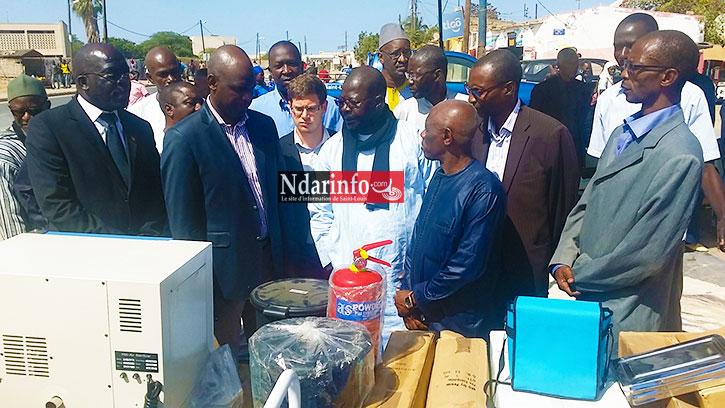 Les représentants de l'ADC présentent les équipements medicaux au député Ahmadou DIA, au maire de Saint-Louis et au correspondant technique de la ville de Lille à Saint-Louis.