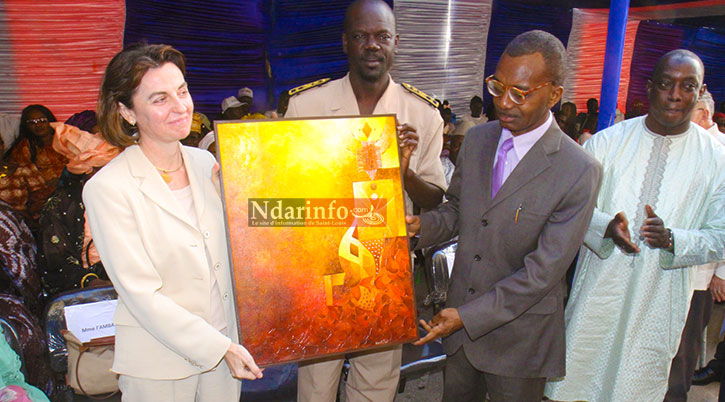 Le recteur KANE et le Gouverneur BA, remettant un présent à une membre de la délégation espagnole.