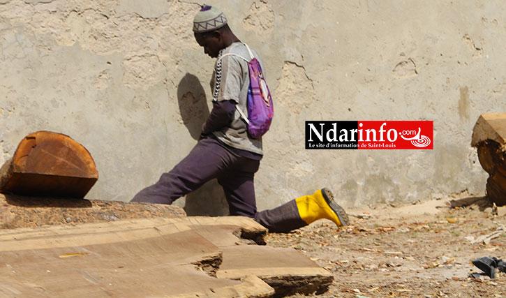Ce dimanche 12 avril 2015 à 10h32 mn, un homme pisse sur le mur de Thiaka NDIAYE