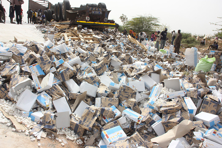 SAINT-LOUIS: Le Camion se renverse avec 30  tonnes de sucre.