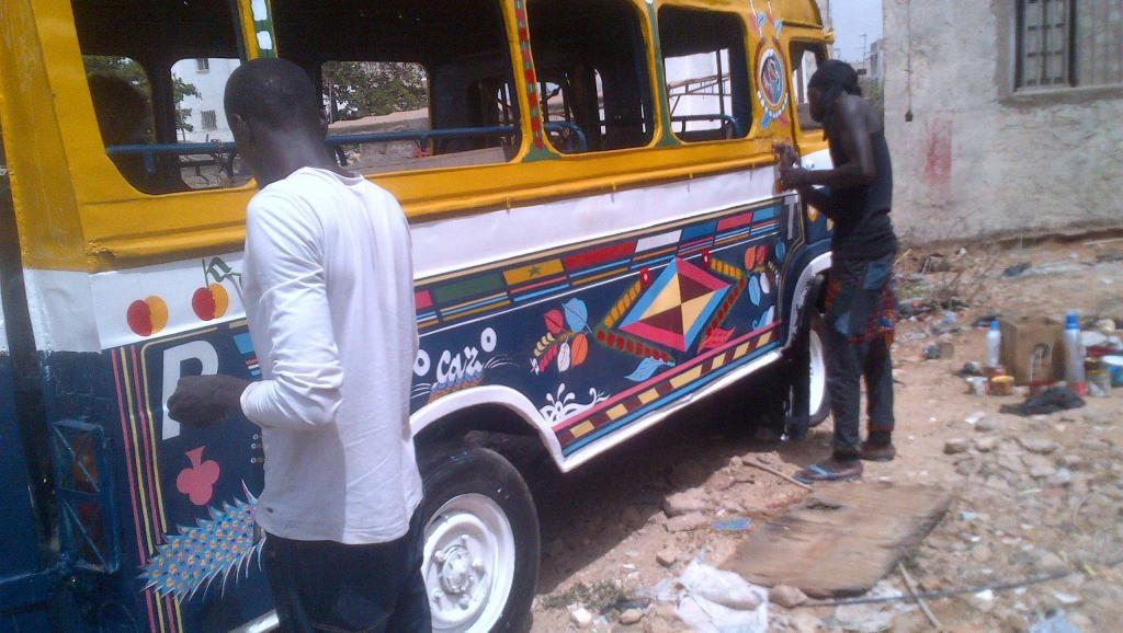 Sur le parking de la mairie de Liberté 3, à Dakar, un vieux car rapide en train d'être repeint.