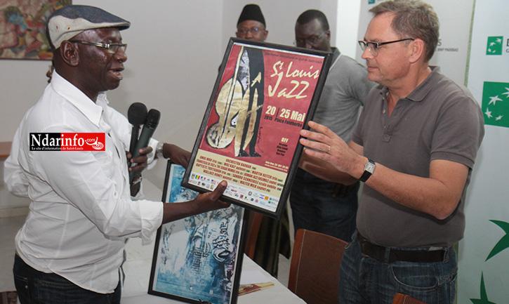 Me Ibrahima DIOP, le président de l'association Saint-Louis Jazz remet d'anciennes affiches à Pierre BEREGOVOY, le Dg de la BICIS.