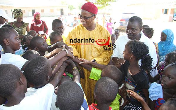 Le maire, avec les élèves de l'école de Makka Diama 1