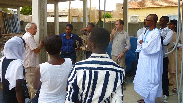 L'adjoint au maire Balla GUEYE, les représentantes de CCAK, du CRDS et des étudiants de l'UGB visitent de chantier.