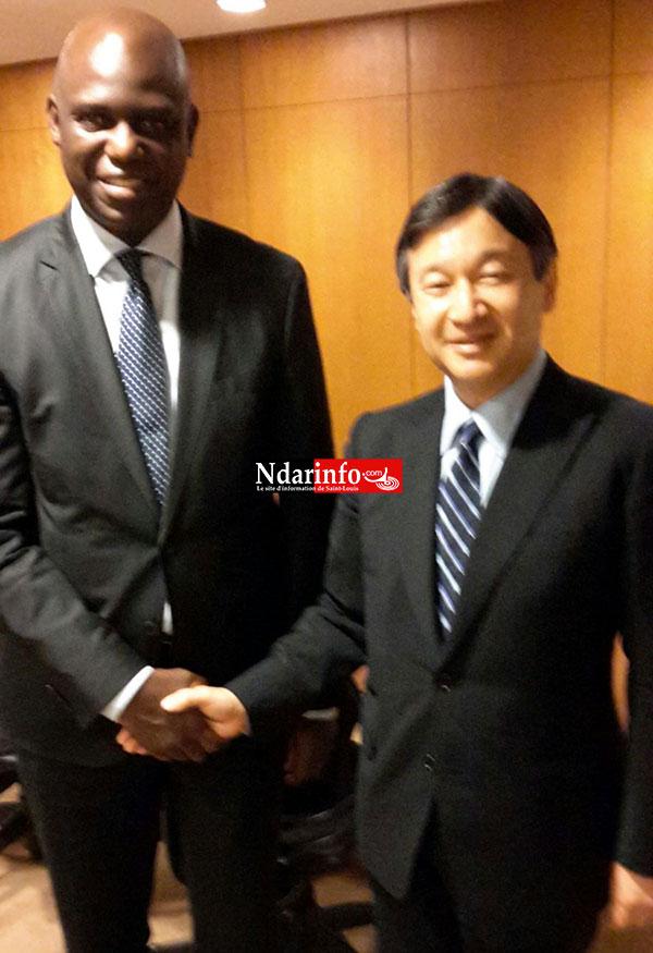 Poignée de main entre le Maire  et SEM Naruhito, le prince héritier du Japon
