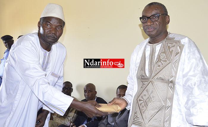 Le ministre Sidiki KABA remet l'enveloppe du PR à Monsieur NIANG, représentant de la famille.