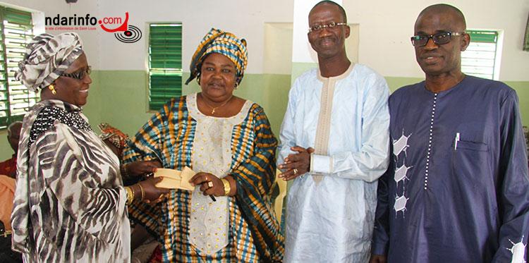 Mme Bineta FALL remet l'enveloppe du maire Mansour FAYE à Mme MBODJI