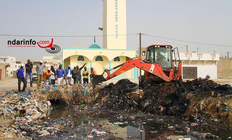 Libération de l'exutoire de 15 mètres bloqué par les ordures ménagères.