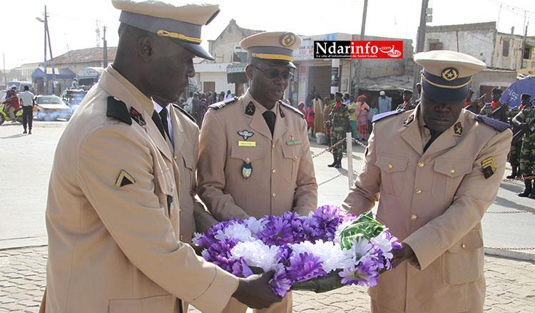 Le Gouverneur et le Commandant de la zone nord déposent une berge de fleurs aux Monuments aux Morts.
