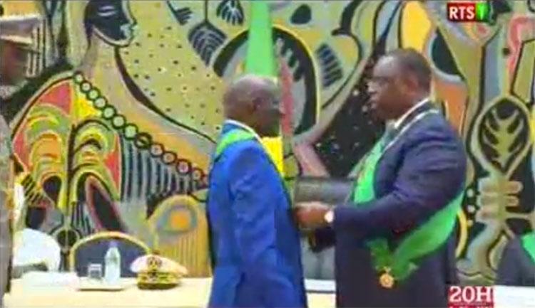 Golbert DIAGNE recevant son insigne des mains du Président de la République