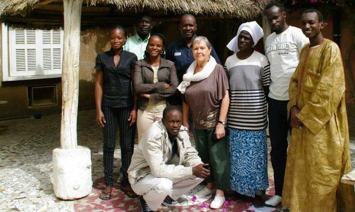 Claude Hallégot-Le Stum (Présidente de La Liane Bretagne-Afrique-9, entourée de l'équipe locale (directeur adjoint, éducateurs, cuisinière, infirmier, sociologue...)