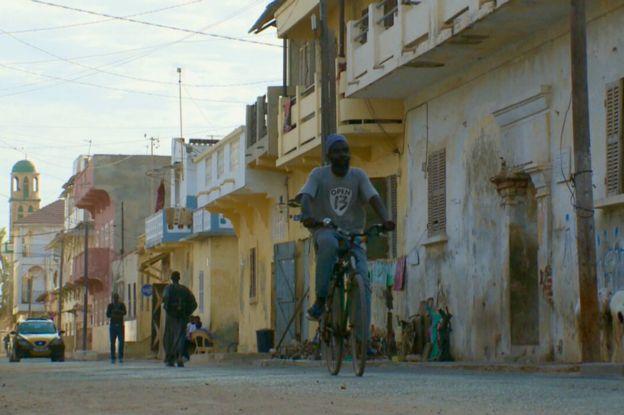 """Saint-Louis: Meissa Fall """"recycle"""" les vélos en oeuvre d'art."""