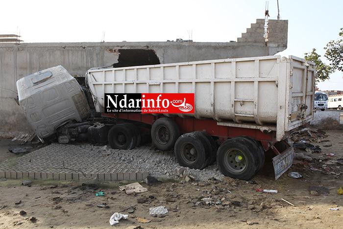Accident mortel à Léona : un camion dérape et écrase une personne.