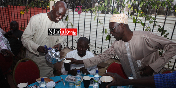 Le Maire sert du lait à un des Imams