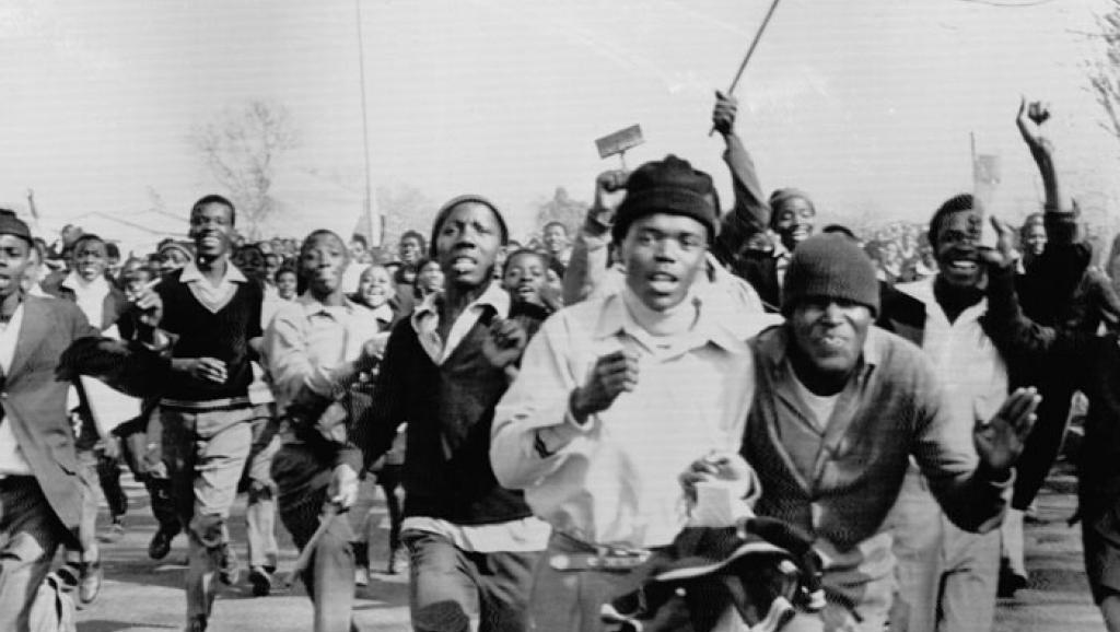 La volonté du gouvernement d'apartheid sud-africain d'imposer l'enseignement de l'Afrikaans a mis le feu au poudre: Soweto s'est embrasé le 16 juin 1976. © Getty/Bettmann