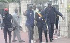 [Vidéos] Pour protester contre le projet de loi constitutionnelle, Cheikh Bamba Diéye s'attache aux grilles de l'Assemblée nationale