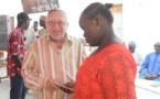 Jos ORENBUCH, SG de la Fondation remettant symboliquement une enveloppe à une élève.