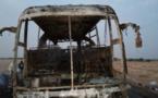 Un bus prend feu à la sortie de Ross-bethio (vidéos)