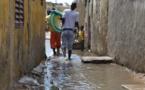Séquestrées par les eaux de pluie, les populations de Guinaw rails bloquent la circulation.