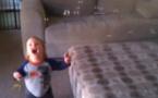 La réaction craquante d'un bébé face aux bulles de savon
