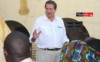 Un représentant de COSMOS ENERGY, à la rencontre de Guet-Ndar. Crédit phto: Ndarinfo.com
