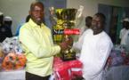 Alioune Badara DIOP remet symboliquement un trophée à Mamadou BA, président de l'ODCAV de Saint-Louis