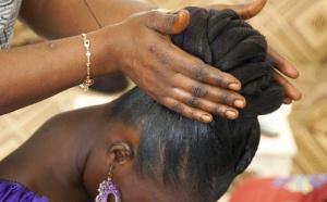 PHOTOGRAPHIE : Plongée dans un salon de coiffure de Saint-Louis