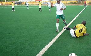 Insolite au stade Me Babacar SEYE : en plein match, un supporter s'introduit dans le jeu pour empêcher le but.