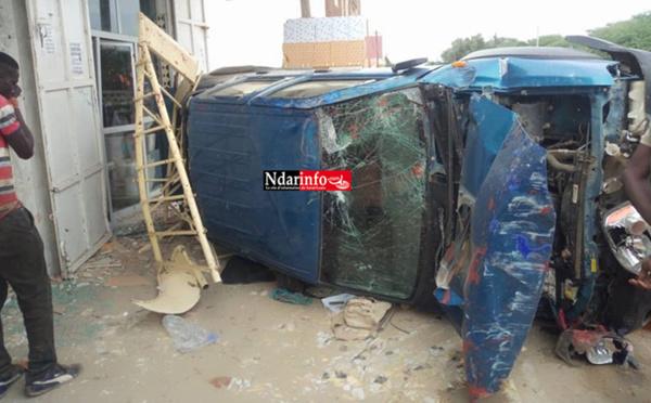 Accident spectaculaire à Ngalèlle : Un véhicule charge une quincaillerie et blesse le gérant (photos)