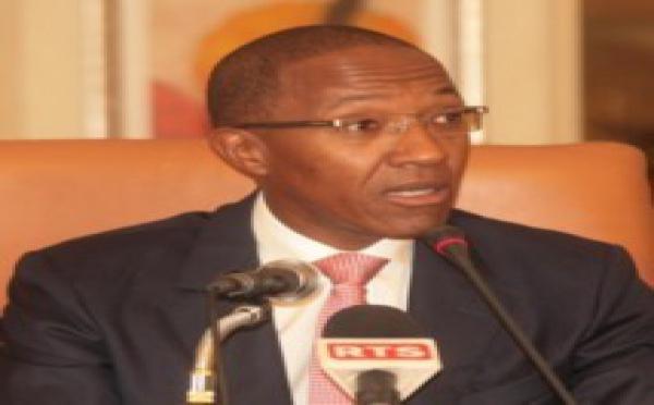 Le Premier ministre, Abdoul Mbaye salue toute l'assistance et zappe Me Ousmane Ngom.