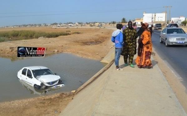 Incroyable : Un véhicule tombe sous le pont de khor (Vidéos)