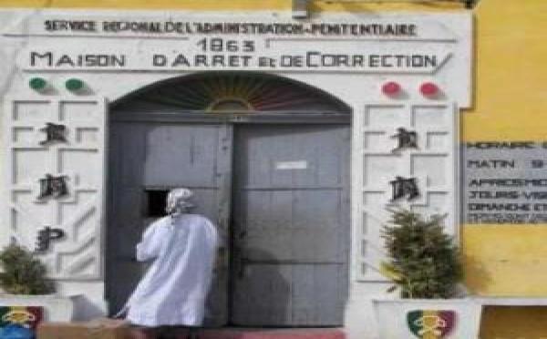 Maison d'Arrêt et de Correction de Saint-Louis: Le Rotary Club offre aux détenus des produits détergents et un congélateur.