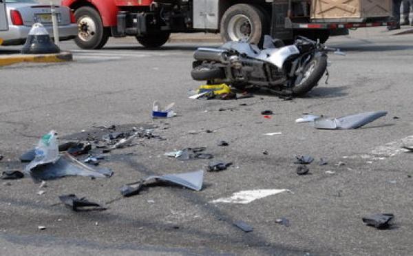 Guet Ndar : Un car tamponne un scooter.