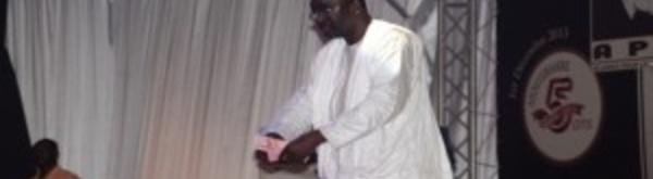 Cissé Lô jette des liasses de billets de banque par terre devant Macky surpris