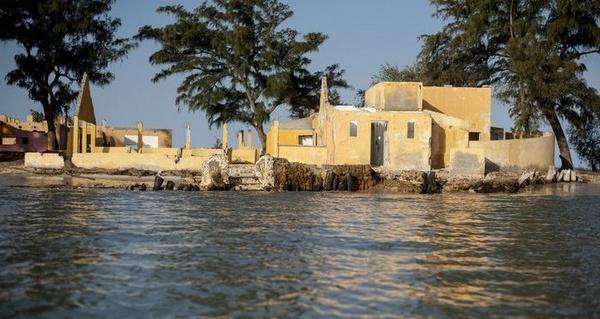 Près de Saint-Louis du Sénégal, la mer engloutit les villages.