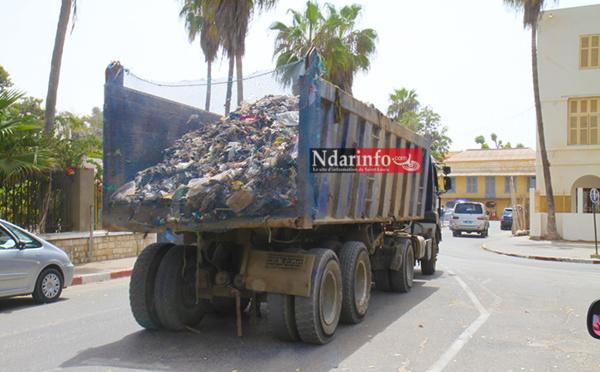 ARRÊT SUR IMAGES: ce camion de ramassage d'ordures ne se ferme pas!