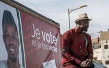 Ousmane Sonko s'adresse à ses sympathisants depuis le toit de sa voiture, lors du premier jour de la campagne électorale, dimanche 3 février 2019, dans le quartier de Ngor, à Dakar. Matteo Maillard