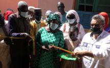 Coupure de ruban de la nouvelle salle de classe de l'école de Mbakhana. De gauche à droite : Jean-Yves REGNIER, DG des GDS, Khoudia MBAYE, maire de GANDON et son adjoint Khalidou B. ACrédit photo : Ndarinfo.com